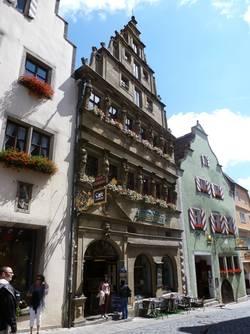 Betrachten Sie die einmalige Renaissance-Fassade des Baumeisterhauses.